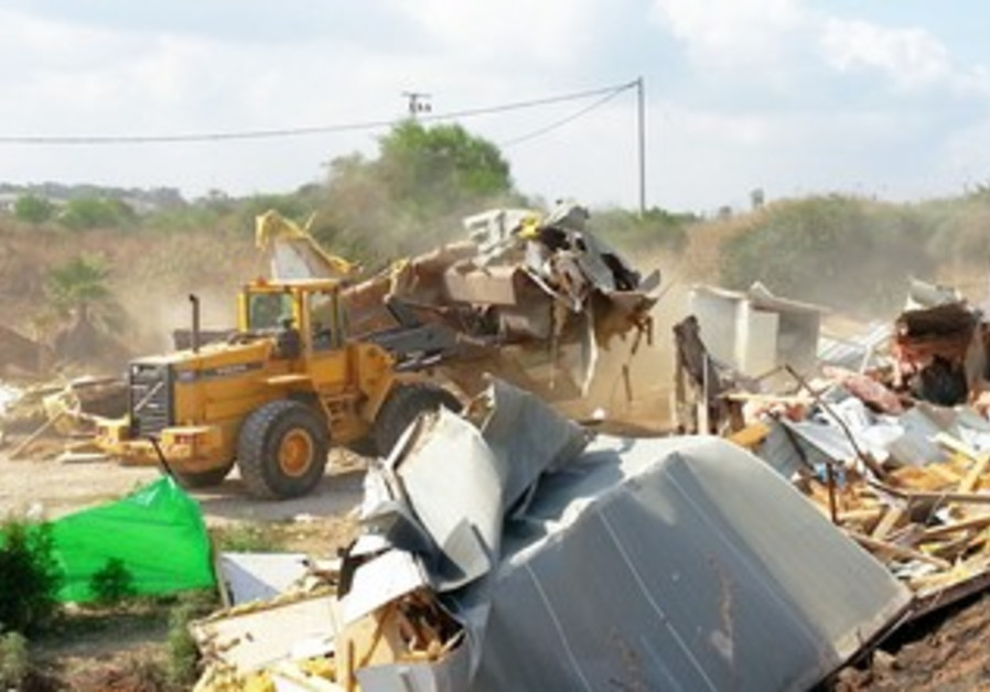 Beduin structures being evacuated, Ramat Hasharon, June 10, 2013