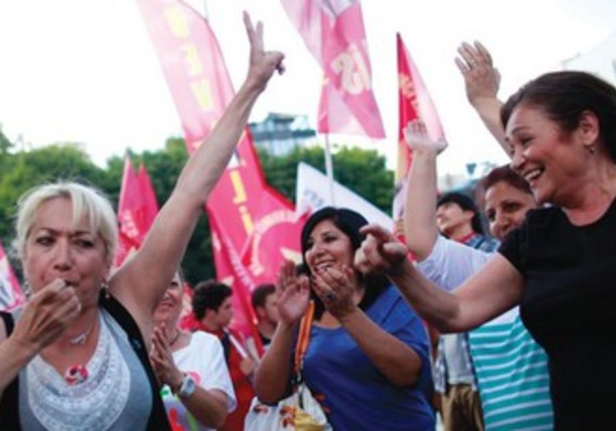 Protestations contre le gouvernement à Ankara, samedi 8 juin.