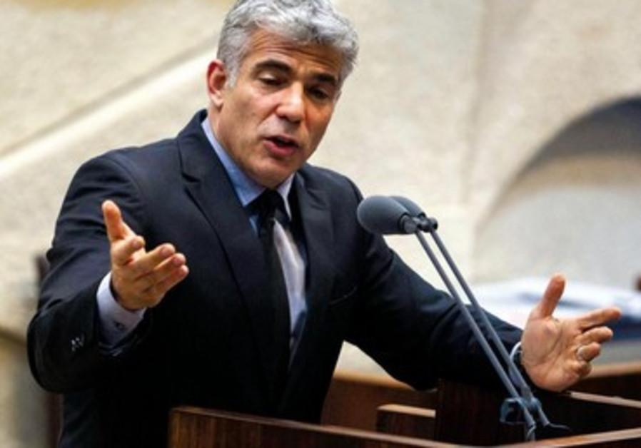 Le ministre des Finances Yaïr Lapid présente le budget de l'Etat devant la Knesset.