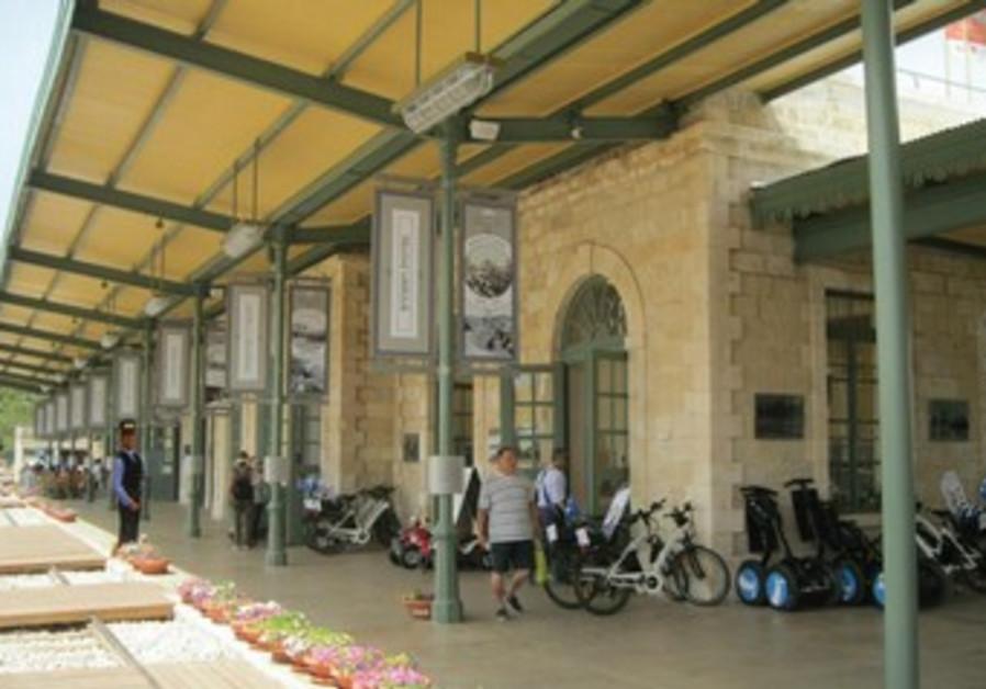 La plupart des restaurants sont ouverts à Shabbat, avec même des établissements casher.