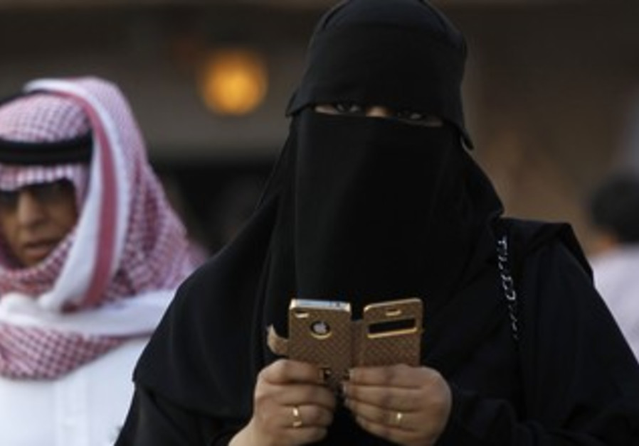 A woman using an iphone in Riyadh, Saudi Arabia