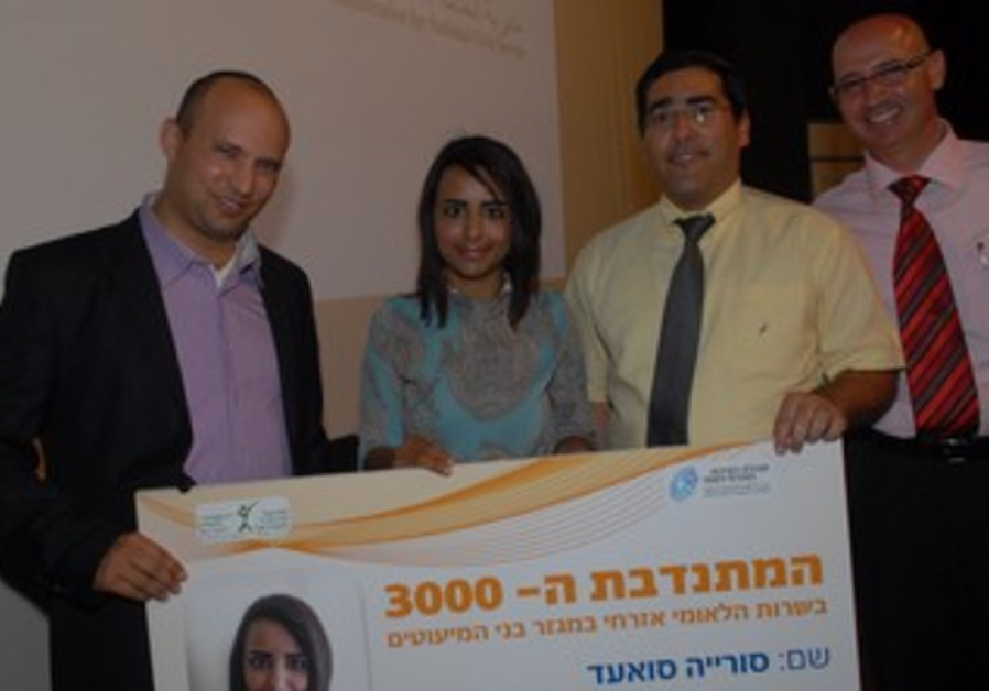 Economy and Trade Minister Naftali Bennett with Arab volunteer, June 19, 2013.