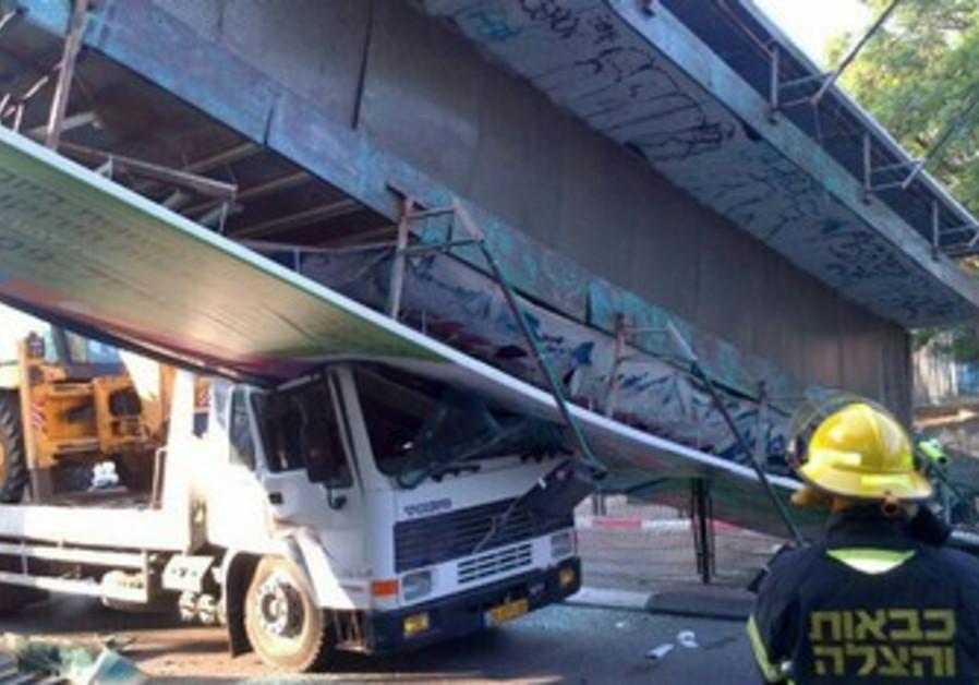 Pedestrian bridge collapses on truck in Kfar Saba, June 23