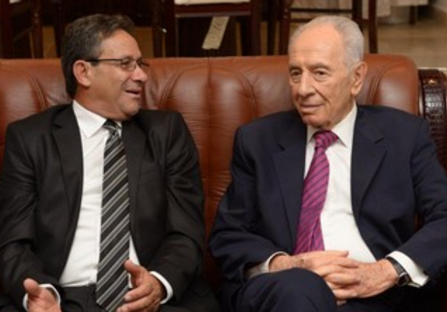 President Shimon Peres visits Abu Ghosh Mayor Abu Jaber to support residents.