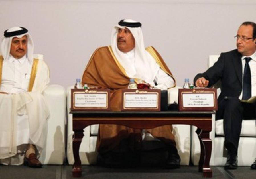 François Hollande en visite au Qatar les 22-23 juin, aux côtés du Premier ministre (à gauche).
