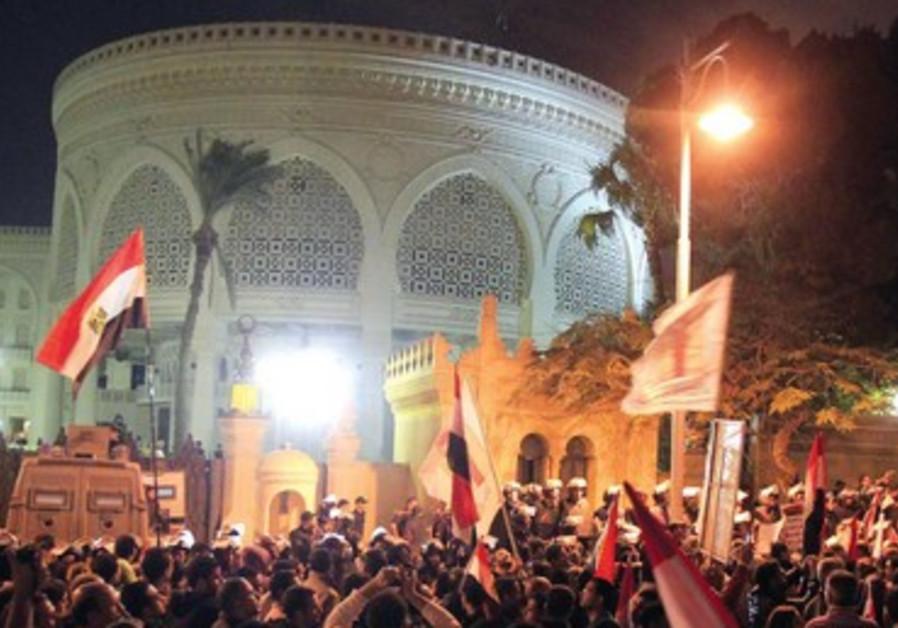 Manifestants égyptiens devant le palais présidentiel au Caire, le 4 décembre 2012.