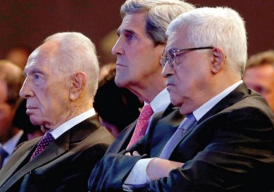 J. Kerry assis entre S. Peres et M. Abbas lors du Forum économique mondial.