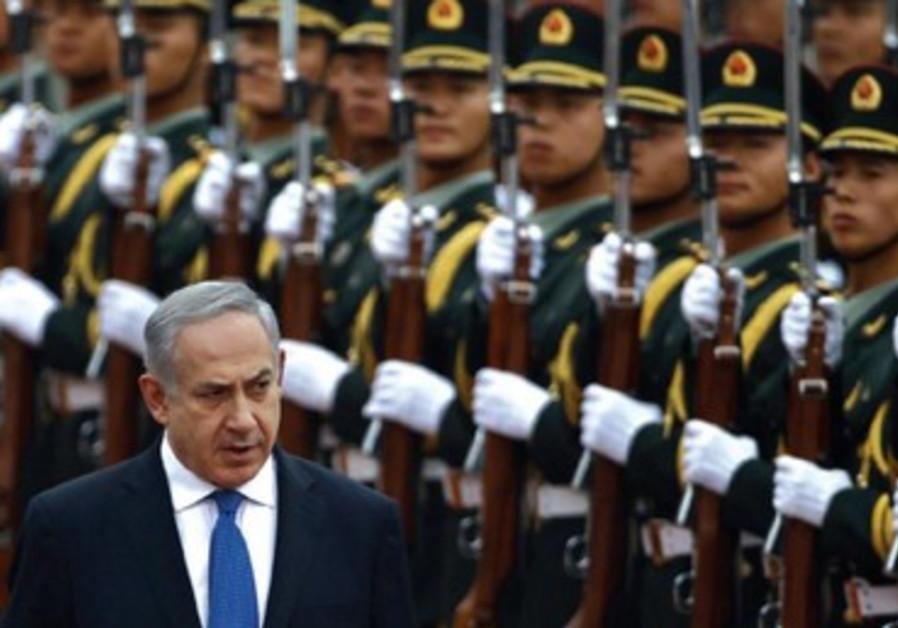 B. Netanyahou devant une garde d'honneur lors d'une cérémonie officielle, à Pékin le 8 mai dernier.