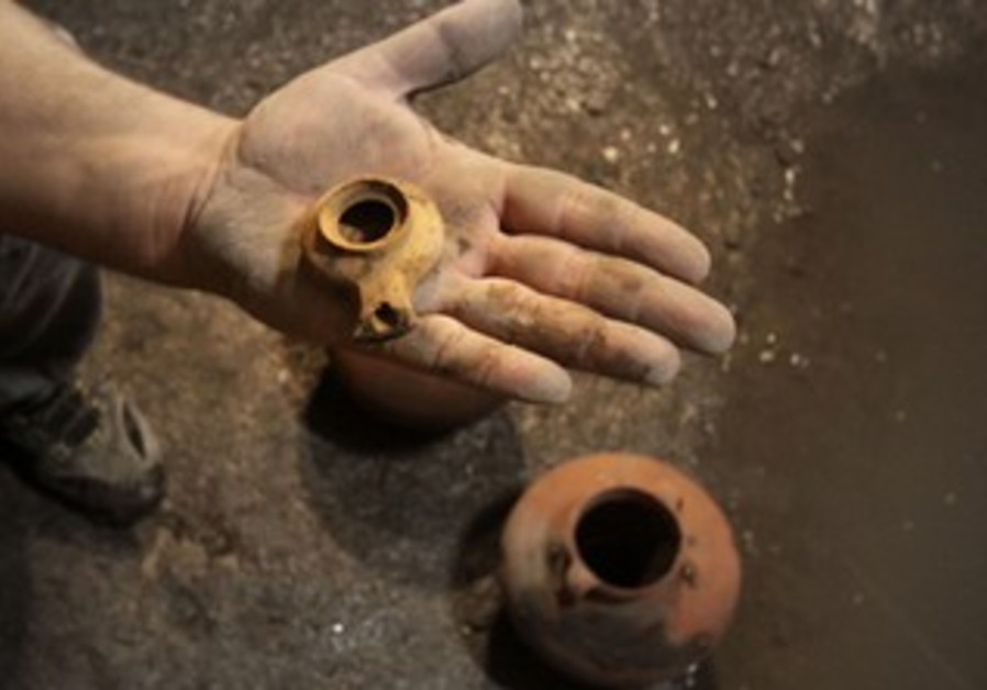 Intact cooking pots, oil lamp that were hidden by starving Jews under siege by the Romans.