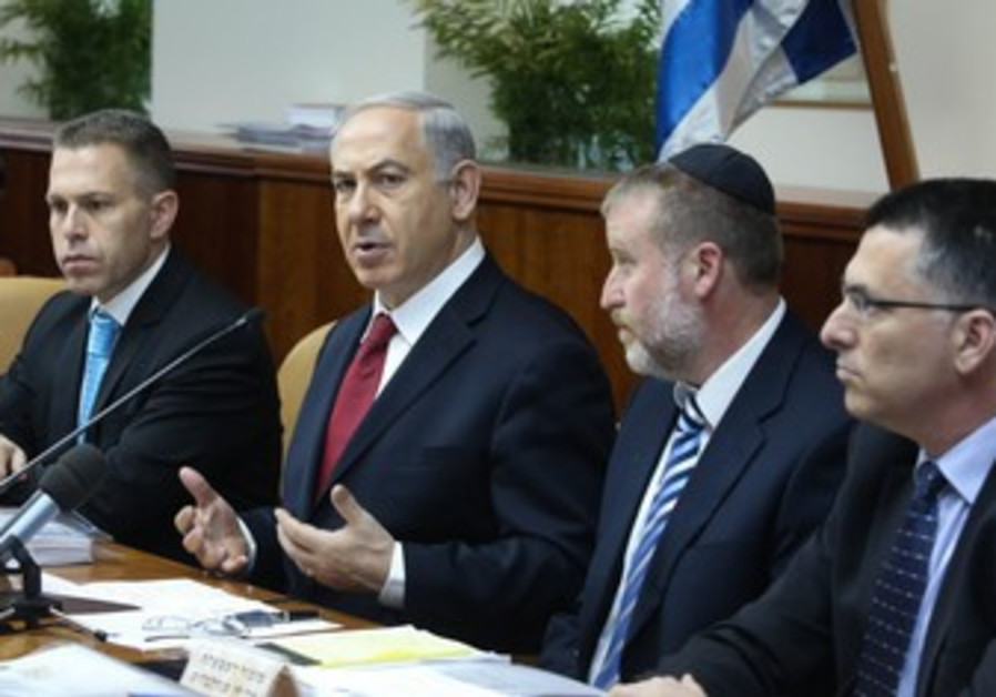 Prime Minister Binyamin Netanyahu at cabinet meeting, June 30, 2013