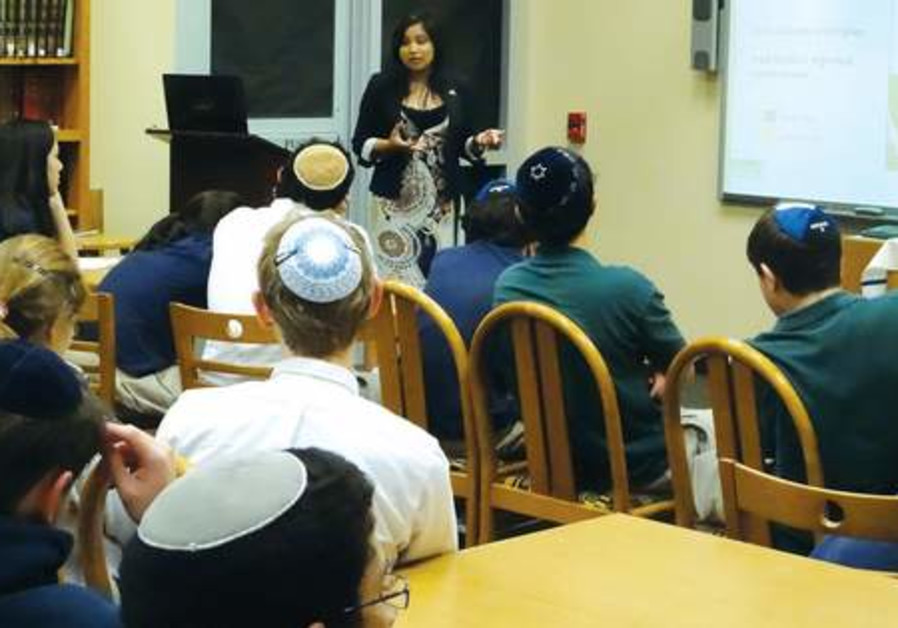 Vida Velasco gives a StandWithUs presentation on campus