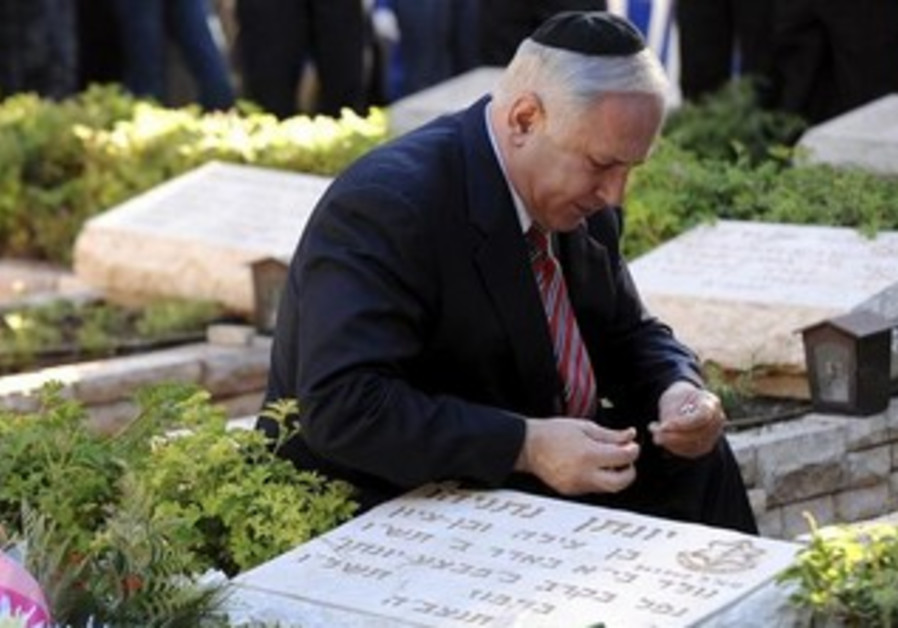 Prime Minister Netanyahu by his brother, Yoni Netanyahu's, grave [file].