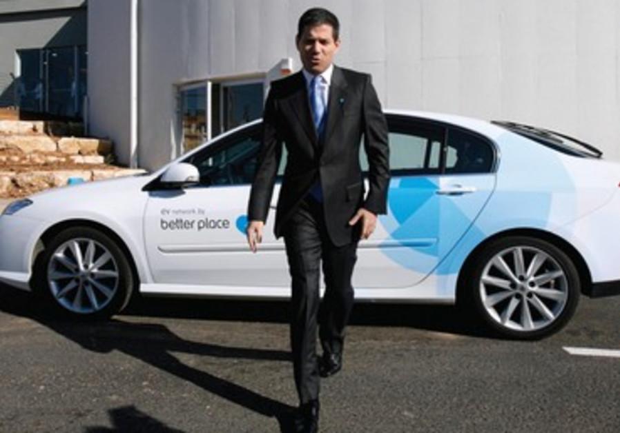 Shai Agassi et l'une de ses voitures tout électriques Renault Fluence ZE Better Place