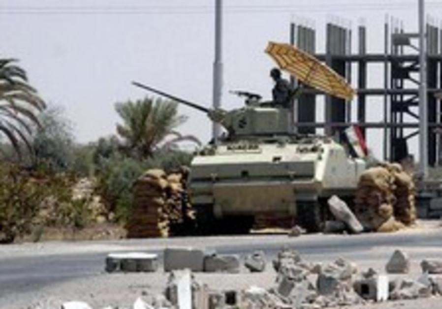 Un soldat égyptien monte la garde à un checkpoint dans la ville de Rafah, à la frontière égyptienne