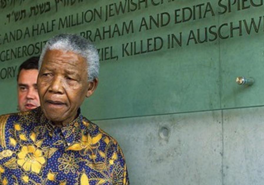 Nelson Mandela en visite à Yad Vashem, en 1999