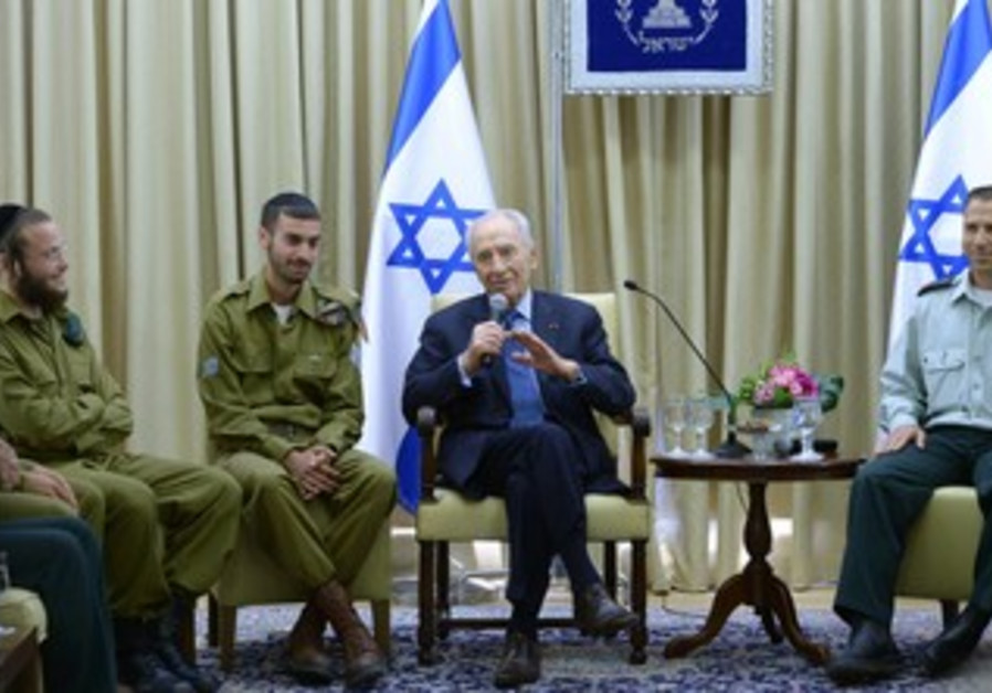 Peres meets with haredi soldiers.