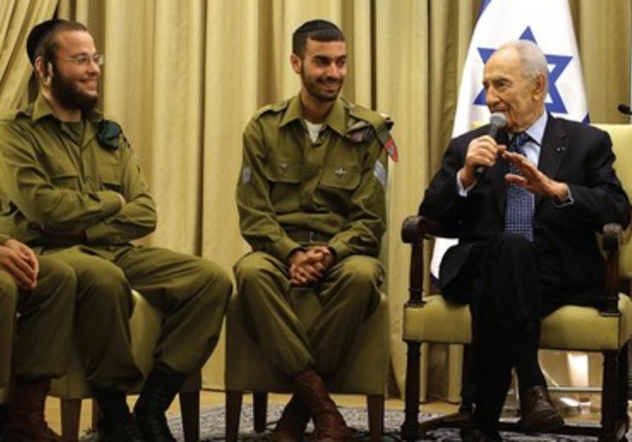 Le président Shimon Peres félicite les jeunes soldats harédim pour leurs services, 14 juillet.