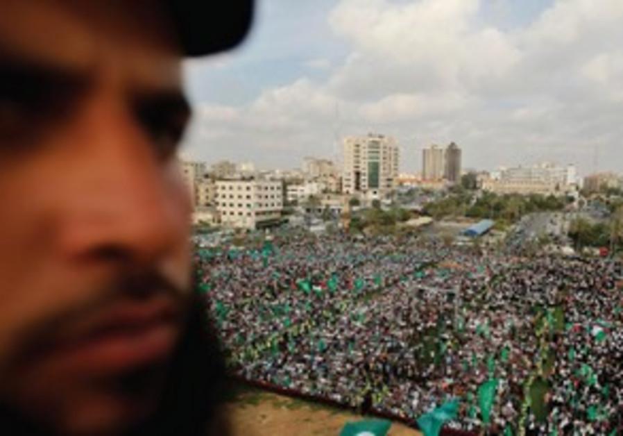 Un membre des forces de sécurités du Hamas encadre la venue du Frère qatari Yusuf el-Qaradawi à Gaza