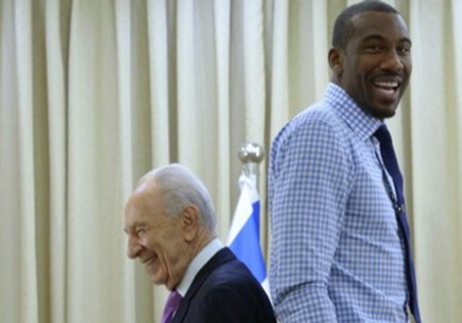 President Shimon Peres and NBA star Amar'e Stoudemire stand back-to-back