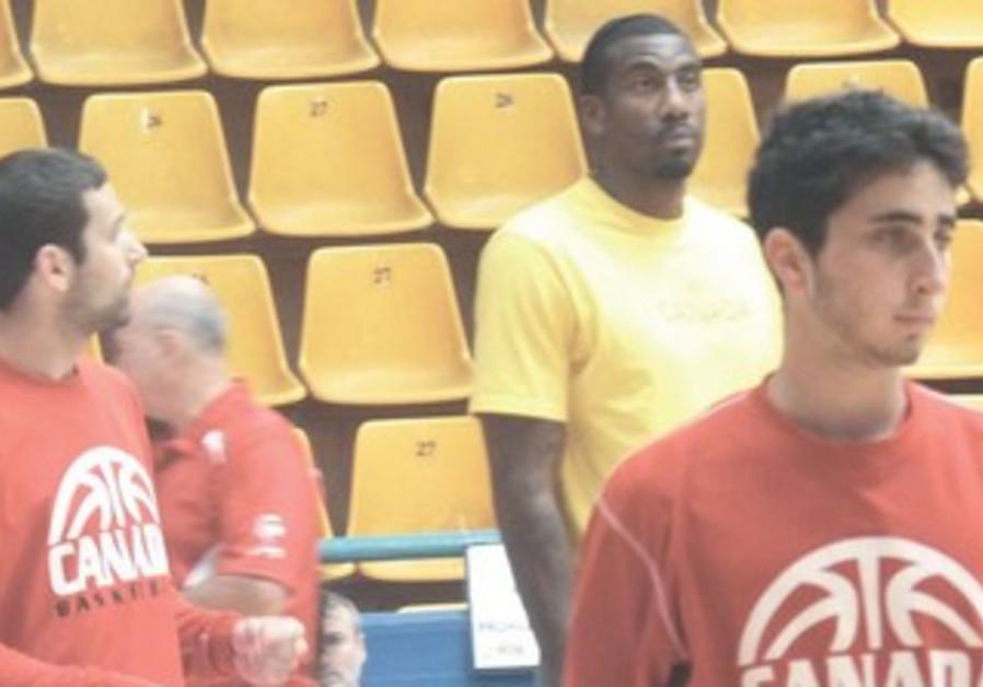 NBA STAR Amar'e Stoudemire (center).