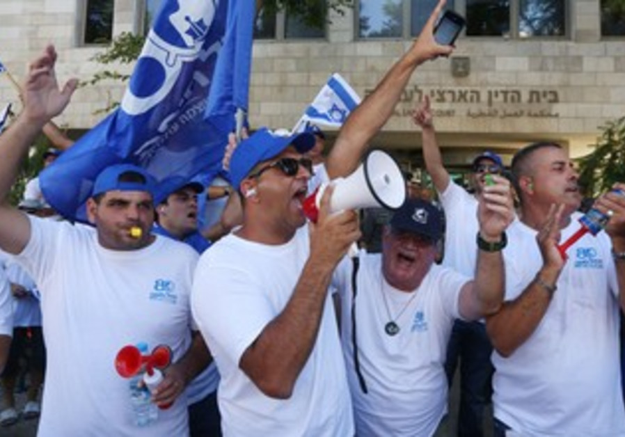 Port workers protest gov't plans for new ports outside National Labor Court in J'lem, July 28, 2013.