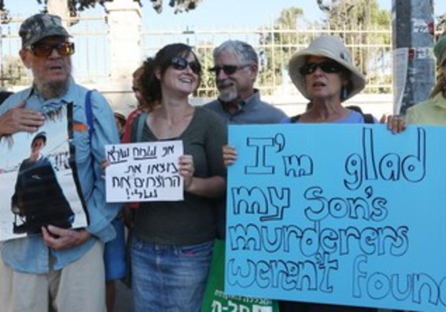 Seth and Sherri Mandell protest release of prisoners in Jerusalem, July 29, 2013.