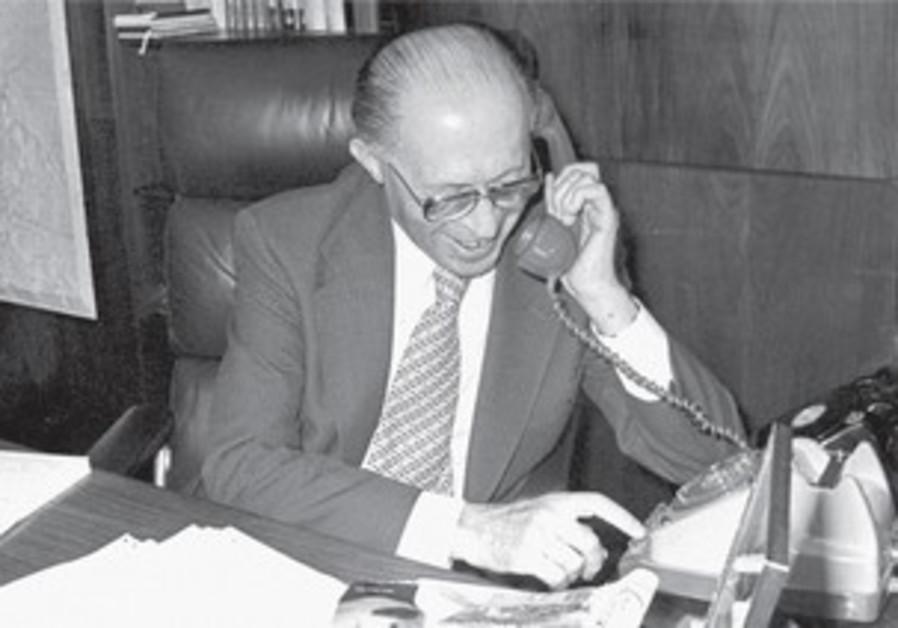 Le Premier ministre avait 2 téléphones sur son bureau. Un normal, et le second militaire.