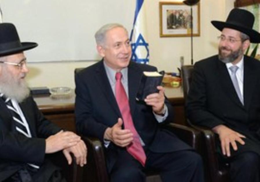 Le Grand Rabbin séfarade et le Grand Ashkénaze avec le Premier ministre le 24 juillet à Tel Aviv.