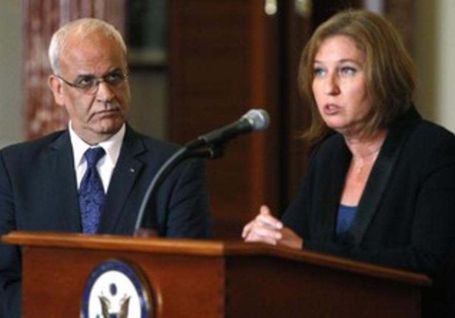 Palestinian negotiator Saeb Erekat and Israeli negotiator Tzipi Livni at a press conference, July 30