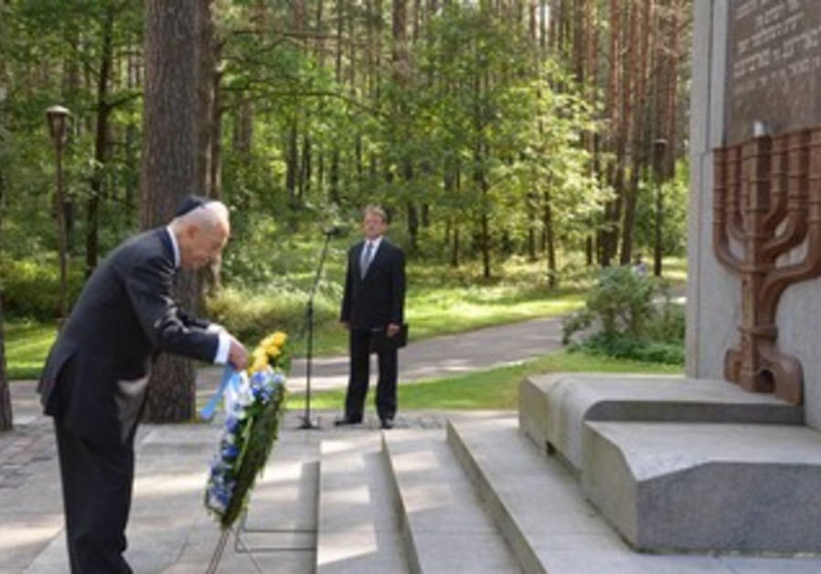 Israeli President Shimon Peres with Leituva President Dalia Gryhauskaite at Punar Jewish Holocost Ce