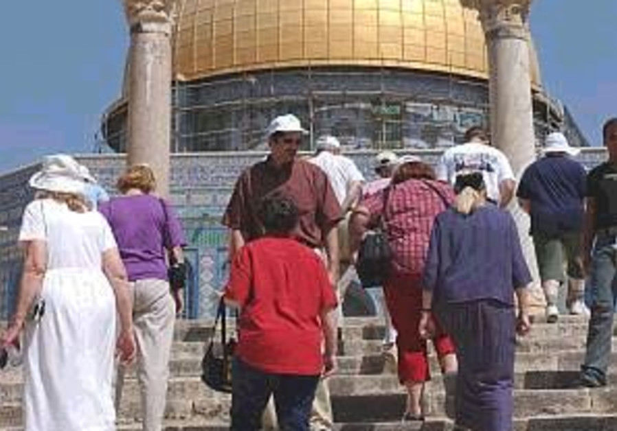 tourists on temple mount 298 88 aj