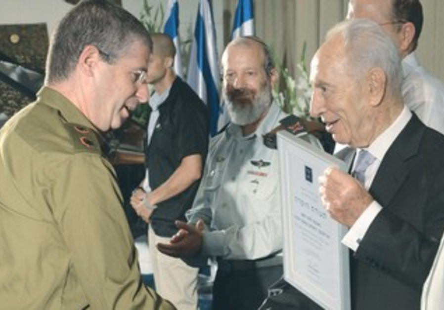 PRESIDENT SHIMON PERES presents an award for excellence to battalion commander Yo'av Gal