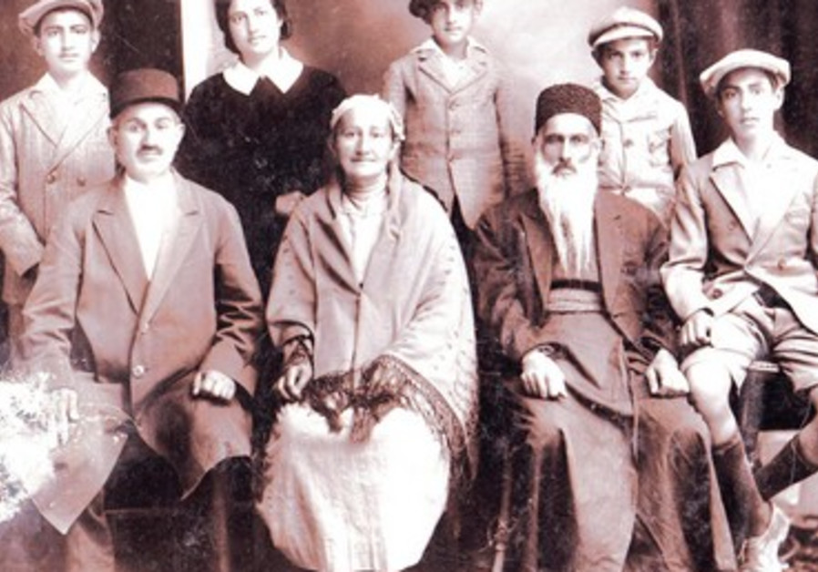 La Famille Yeroushalmi, avec son patriarche Rahamim.