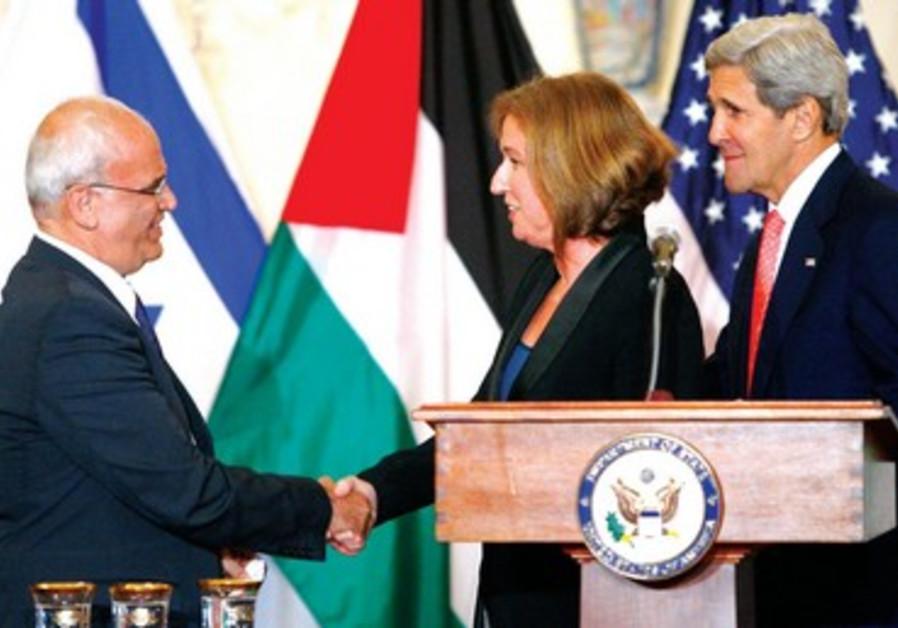 Tzipi Livni serre la main à Saeb Erekat, négociateur en chef palestinien, sous l'oeil de John Kerry.