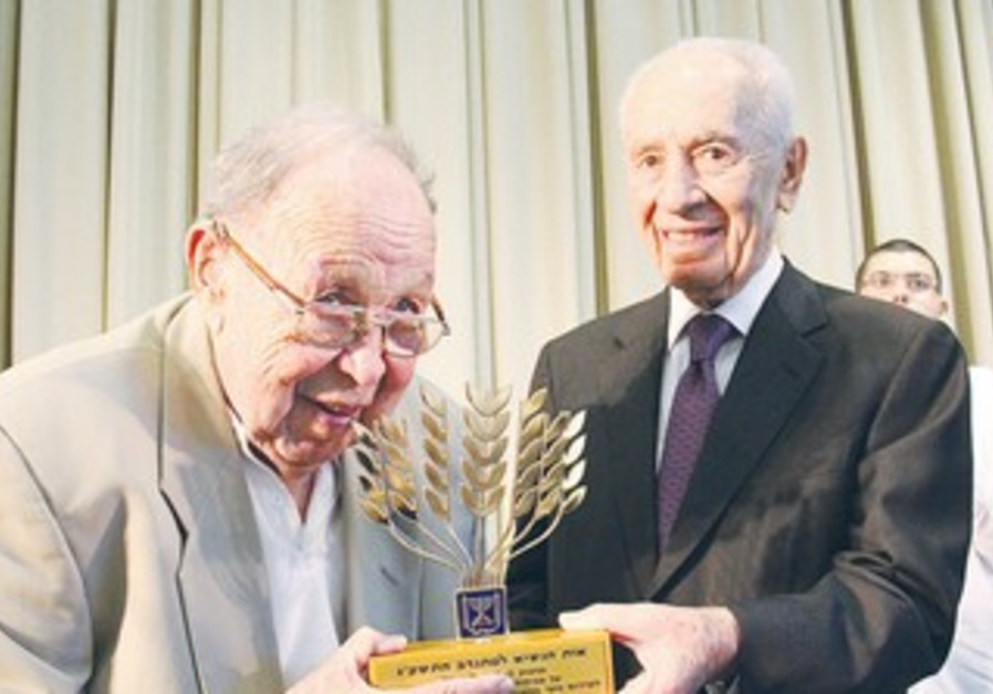 DAVID SHPORER receives the President's Prize for Volunteerism from President Shimon Peres.