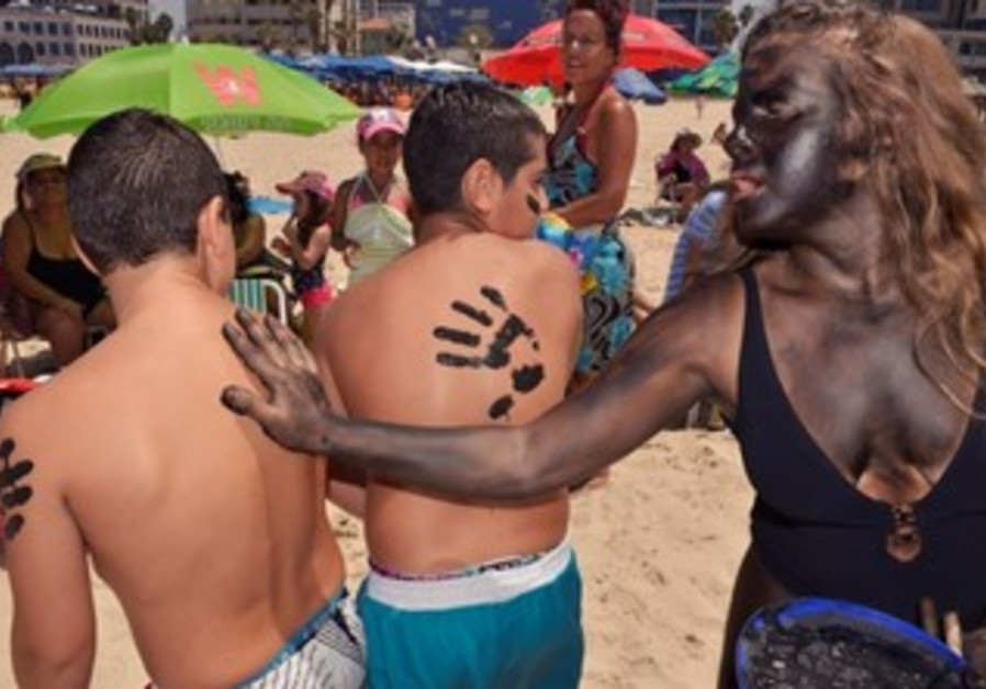 Activists on Tel Aviv beaches protesting drilling, August 10, 2013.