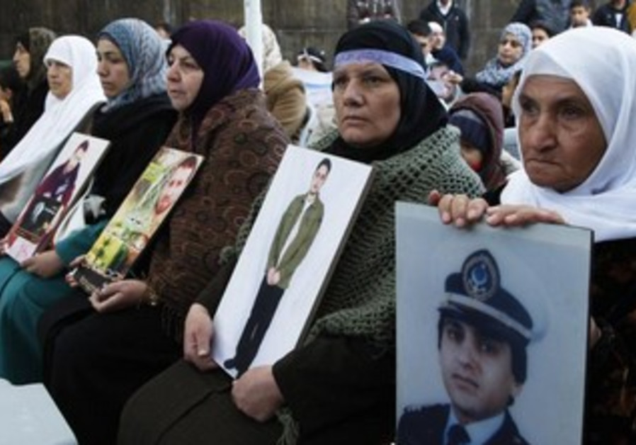 'Herak' movement hold up photos of prisoners in Israeli jails in solidarity demo, Amman, April 20.