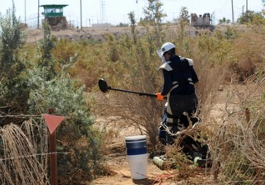Defense Ministry clears minefield near Eilat, August 12, 2013.
