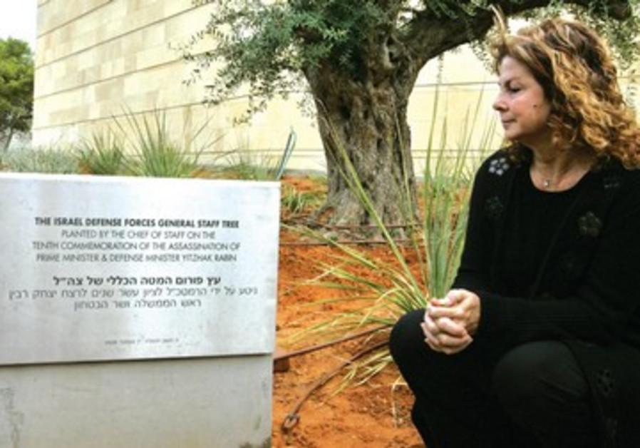 Dalia Rabin se recueille sur le mémorial près de l'arbre planté pour les 10 ans de la mort de Rabin.