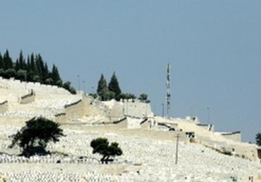 Le mont des oliviers est le plus important et ancien cimetiere juif du monde.