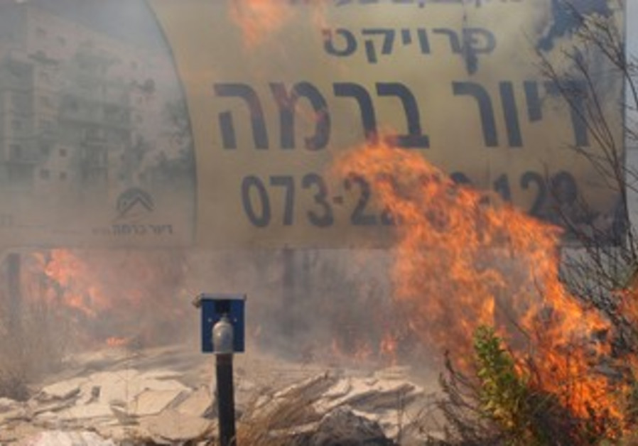 Haredim in Ramat Beit Shemesh protest desecration of graves, August 13, 2013.