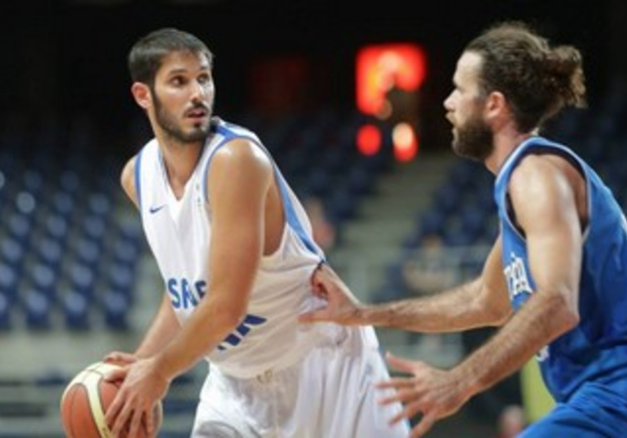 Casspi helps fend off Italy.