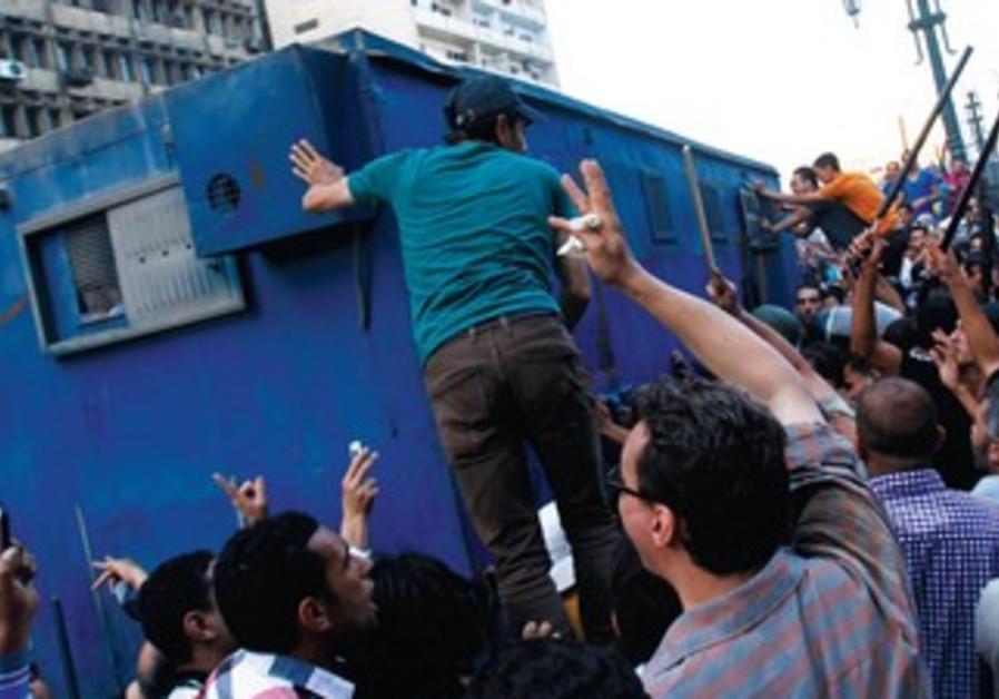 La foule égyptienne prend d'assaut un van transportant des fidèles aux Frères musulmans.