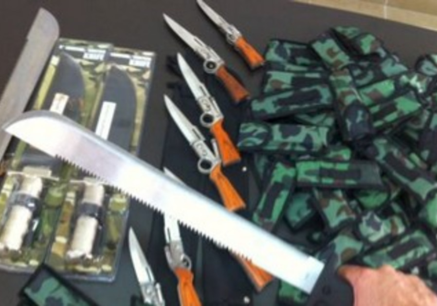 Knives allegedly smuggled by US oleh,  confiscated at Haifa port