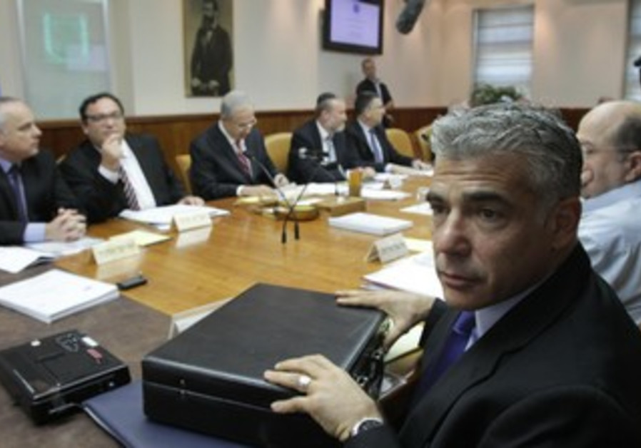 Finance Minister Yair Lapid at the weekly cabinet meeting, August 25, 2013.