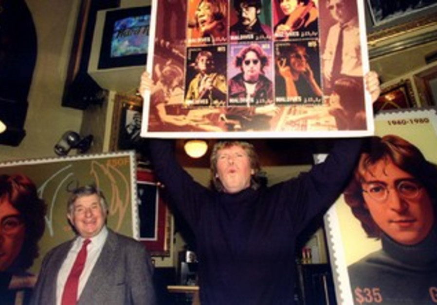 Hermans Hermits' Peter Noone (C) and former Beatles' promoter Sid Bernstein (L)