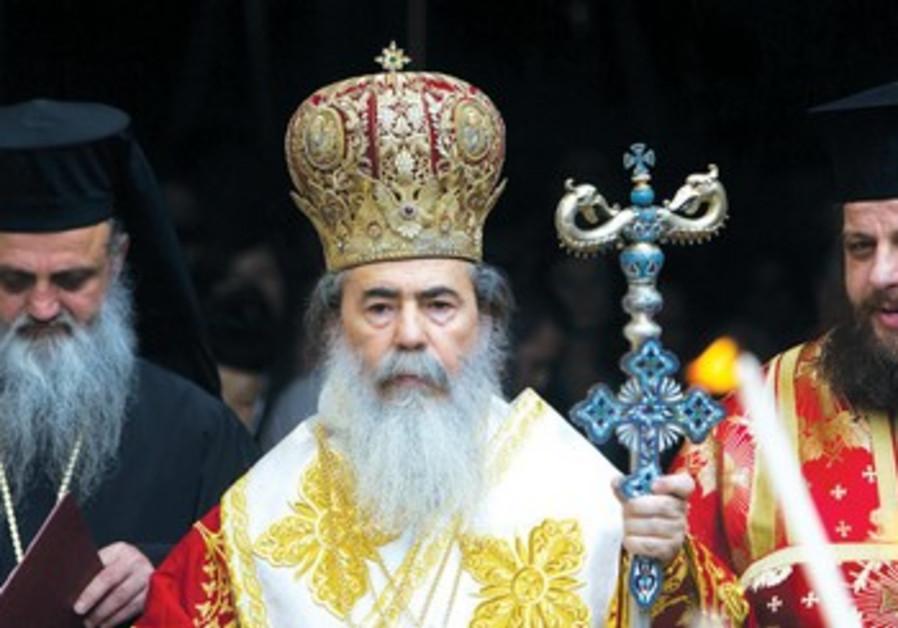 Le patriarche orthodoxe grec de Jérusalem, le métropolite Theophilos devant l'église du St-Sépulchre