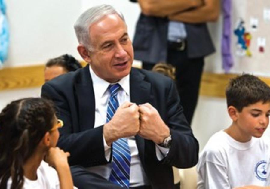 Bibi fait sa rentrée. Le Premier ministre tient au maintien des examens dans le système scolaire.