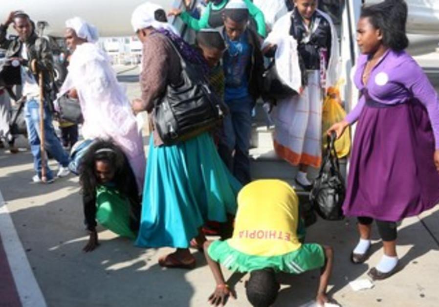 Last Ethiopian aliya flight lands in Israel, August 28, 2013