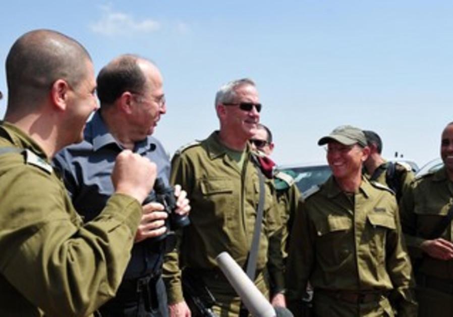 Ya'alon and Gantz visit IDF troops in West Bank, September 3, 2013